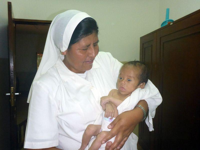 Un neonato in cura presso il centro